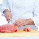 肉を切る料理人