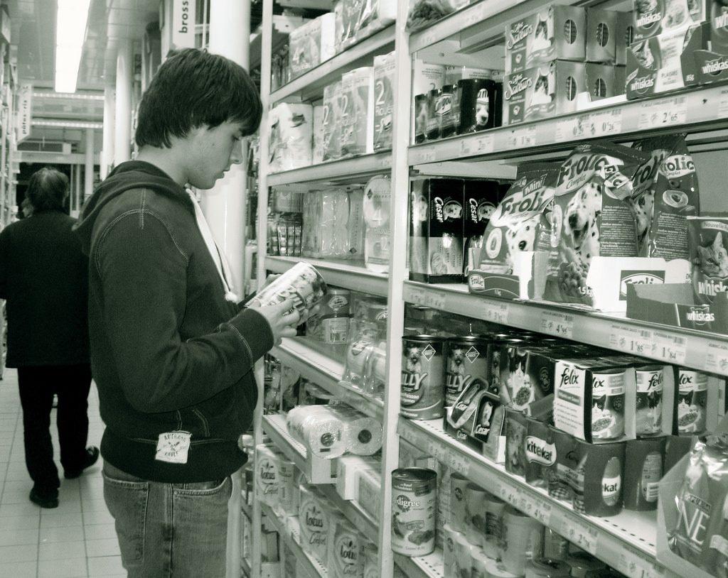 スーパーでドッグフードを買う